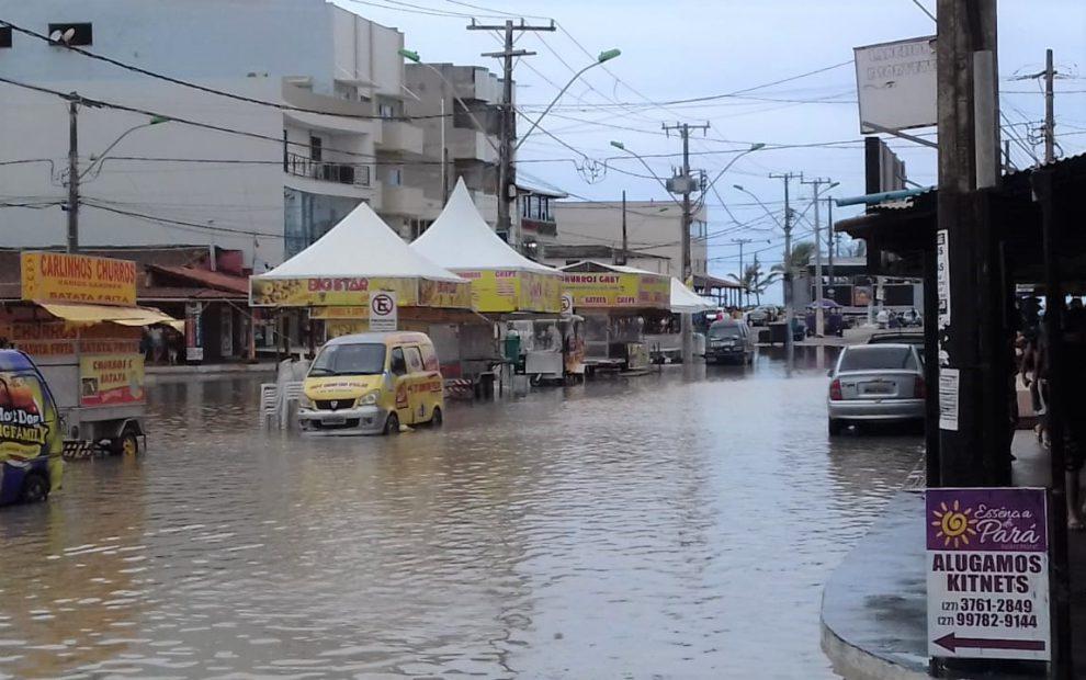 Chuvas deixam ruas e avenidas do balneário de Guriri alagadas - FA ...